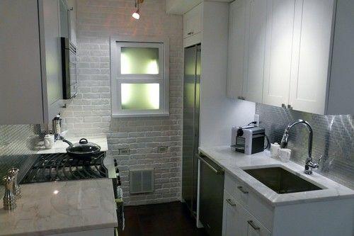 Маленька кухня з великим холодильником фото