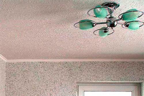 Поклейка шпалер на стелю