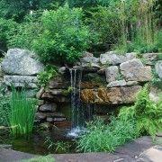 На невеликому дворі конструкція водоспаду повинна бути нескладною