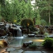 Дуже ефектний водоспад з водоймою