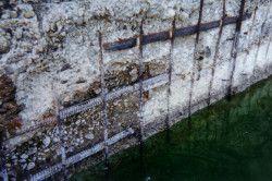 Вода здатна зашкодити бетонну конструкцію. Вона проникає всередину шарів, а взимку перетворюється на лід, через що бетон деформується, і на ньому. зявляються тріщини.