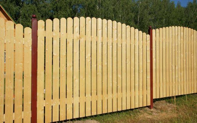 Фото - Зведення недорогого дерев'яного паркану навколо дачної ділянки