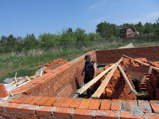 Фото - Зведення стіни з цегли