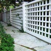 Білий гратчастий паркан
