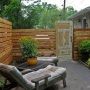 Деревяний паркан з дверима