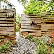 Горизонтальні деревяні елементи в паркані