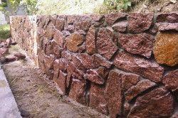Часто з бутового каменю роблять підпірних паркан