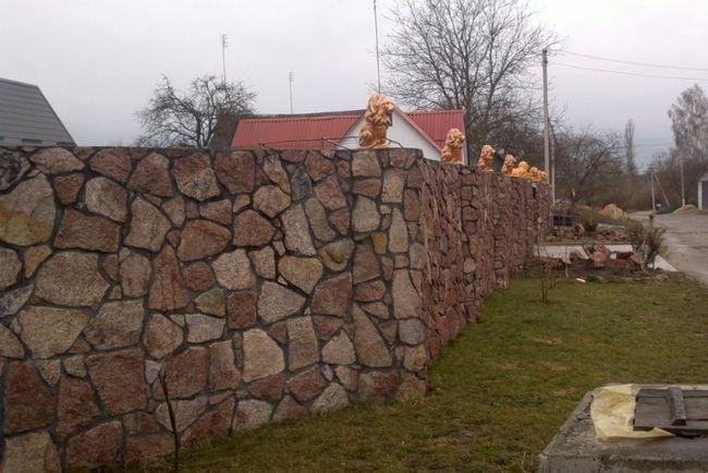 Фото - Огорожа з бутового каменю: будуємо на віки