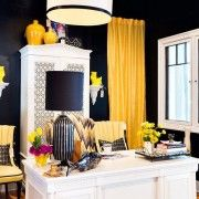 Жовті штори в темній кімнаті
