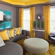 Жовті штори в темній вітальні