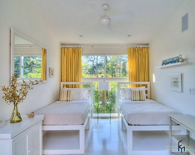 Жовті штори і велике вікно